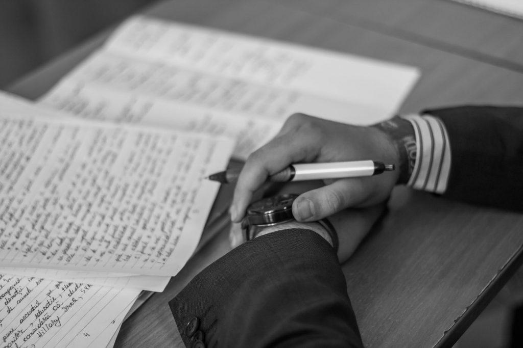 A chi rivolgersi per scrivere un libro, mani